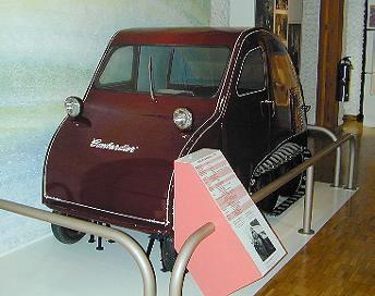 Une des premières motoneiges / Early snow vehicle