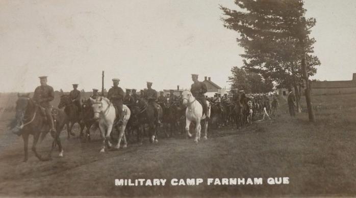 Camp militaire, Farnham, vers 1916. Ancienne carte postale photographique. (Collection privée) / Military Camp, Farnham, c.1916. Early photographic postcard. (Private collection)