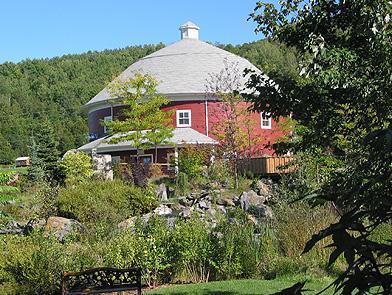 """""""Grange ronde"""" et jardins / """"Round barn"""" and gardens"""