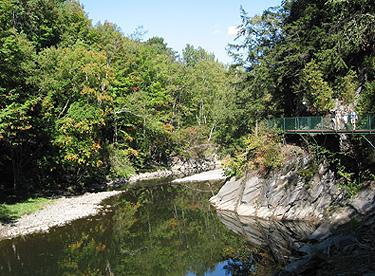 Au bord de la rivière Coaticook / Along the Coaticook River