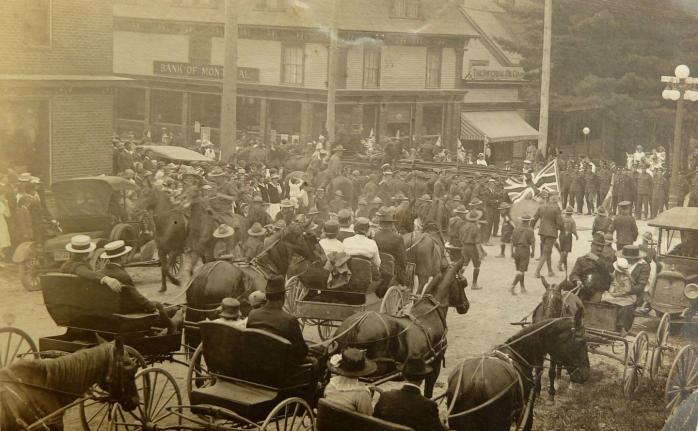 Défilé militaire à Magog, vers 1918 / Military Parade, Magog, c.1918