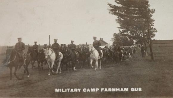 Camp militaire, Farnham, vers 1916. Ancienne carte postale photographique. (Collection privée) / Military Camp, Farnham, c.1916. Early photographic postcard. (Private collection)
